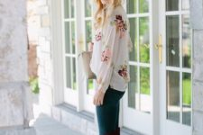 With floral blouse, skinny pants and beige bag