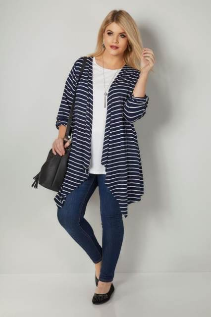 With white loose t shirt, black tassel bag, jeans and black flat shoes