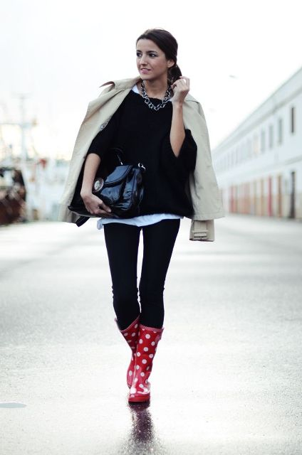 With white t shirt, black sweater, beige jacket, black patent leather bag and skinny pants