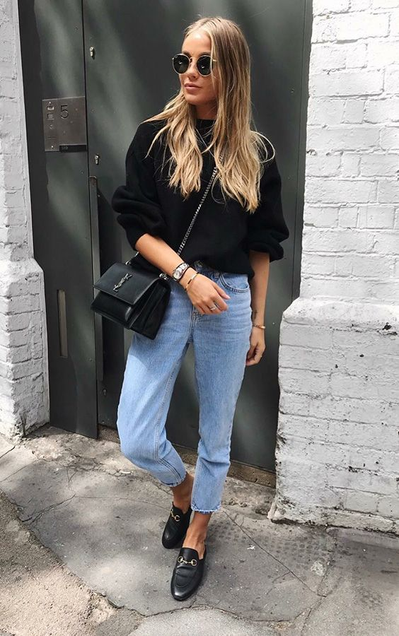 a black sweatshirt, light blue cropped jeans, black moccasins and a black bag for the fall