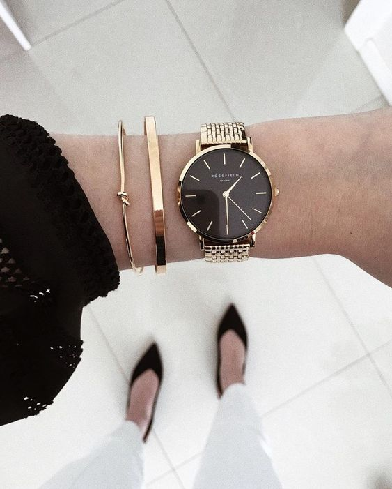 a gold and black bracelet watch and a duo of gold bracelets are ideal to give a chic touch to your outfit