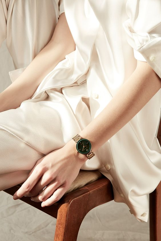 a minimalist look in neutrals finished with a copper bracelet watch with a green frame is a stylish idea