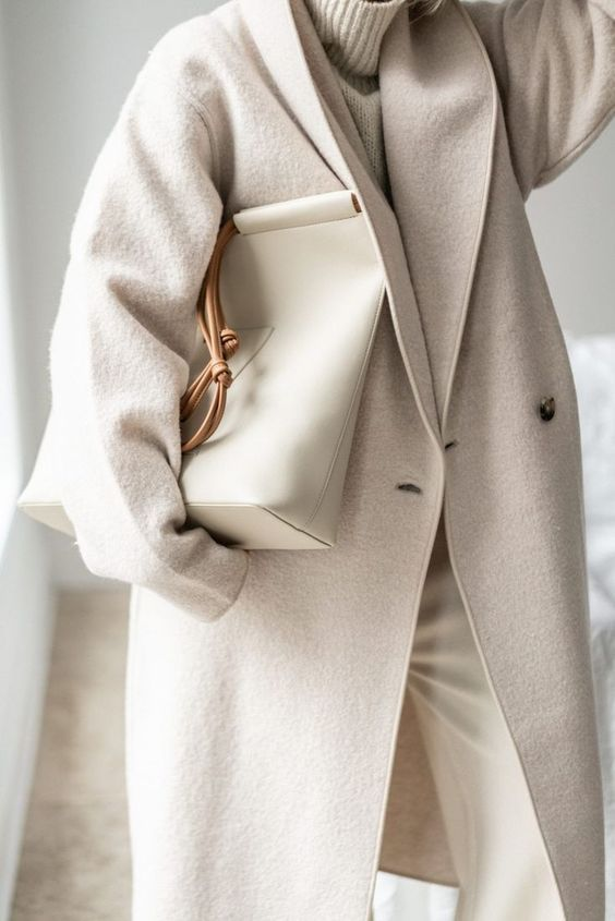 a beautiful and comfy outfit with a white oversized sweater, white pants, a dove grey coat and a white shopper bag