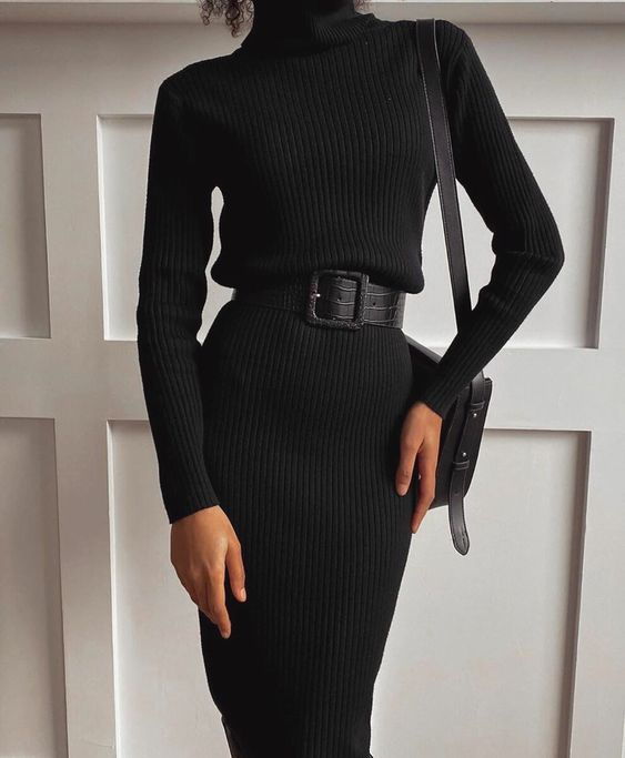 a black sweater dress with a turtleneck, long sleeves, a leather belt and a square bag for a chic and comfy look