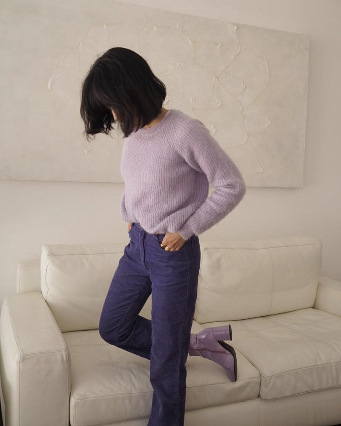 a pretty amd romantic outfit with navy jeans, a lavender sweater and matching lilac boots is a lovely touch of color