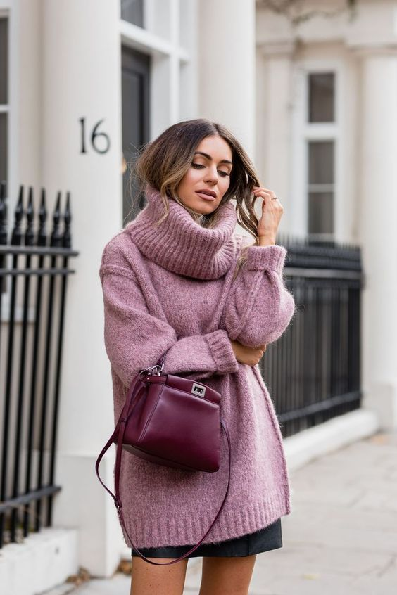 an overiszed pink sweater with a turtleneck, a black leather mini skirt, a burgundy bag for a sexy winter look