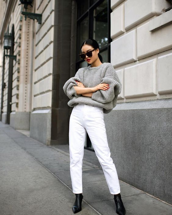 an oversized grey sweater, white jeans, black booties for a simple and fashionable winter look