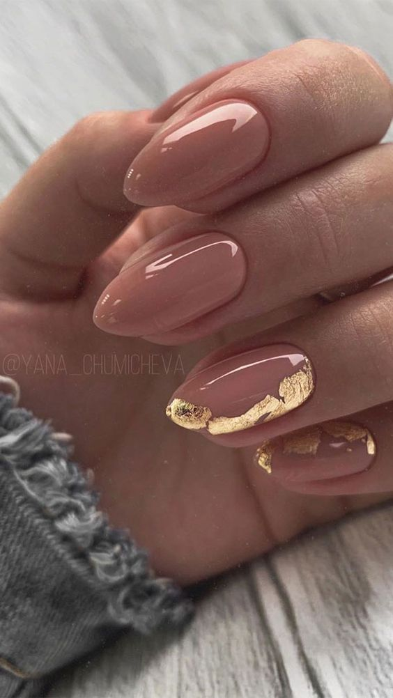 nude lamond nails accented with gold foil on just two of them is a very glam and chic idea