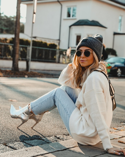 With gray hat, white hoodie and cropped jeans