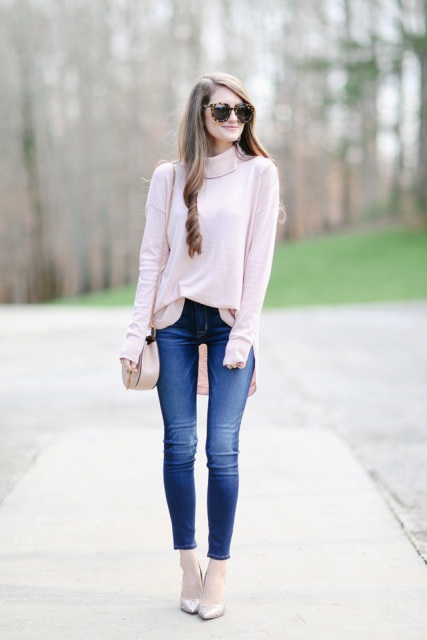 With navy blue skinny jeans, beige chain strap bag and beige pumps