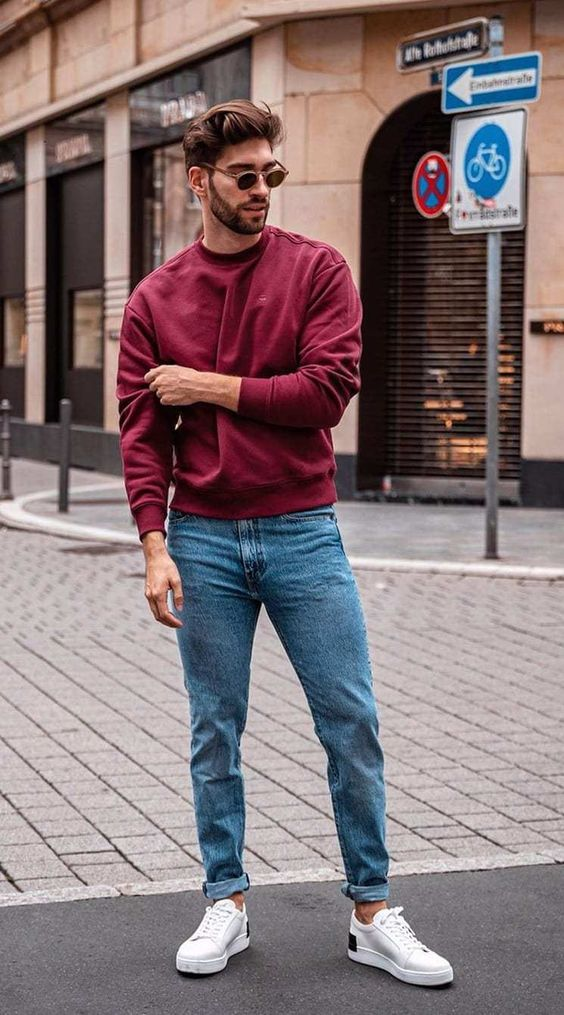 a burgundy sweatshirt, blue jeans and white sneakers for a very simple and casual Christmas look