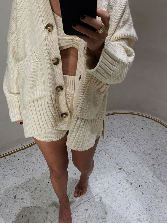 a cozy look with a three-piece knit set – a cardigan with pockets, a crop top and shorts is ideal for lounging at home
