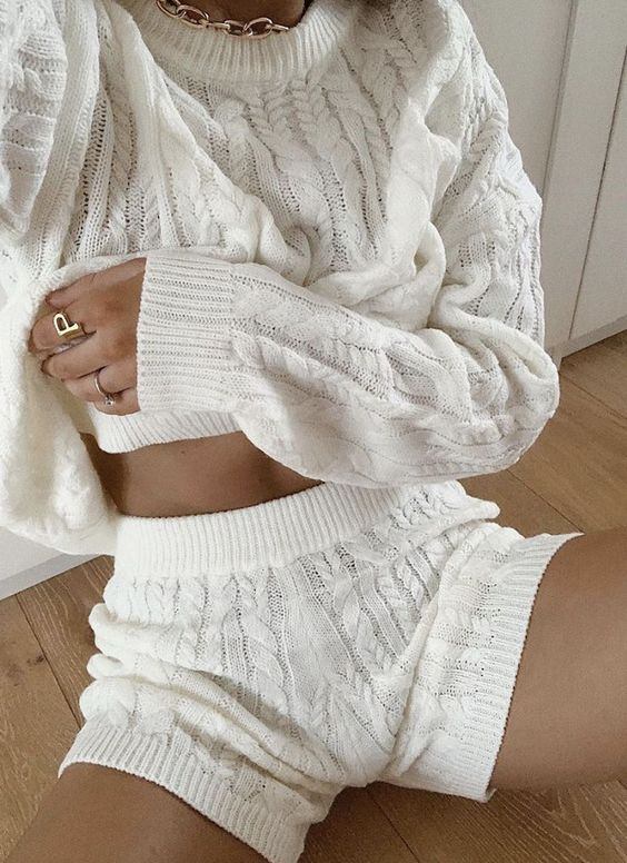 a white cable knit set with a sweater and shorts is ideal to wear at home during these holidays