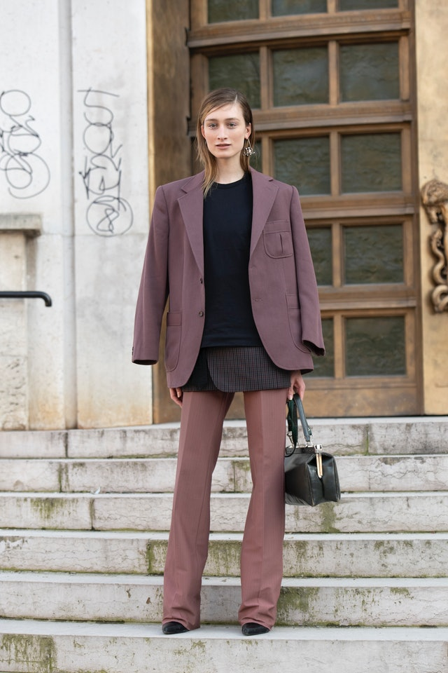 a bold outfit with mauve pants and a blazer, a printed blazer and a black sweatshirt is an unexpected idea
