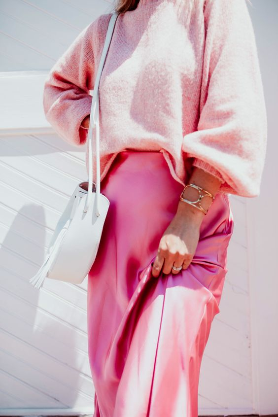 a gorgeous look with an oversized light pink jumper, a pink skirt and a white bag