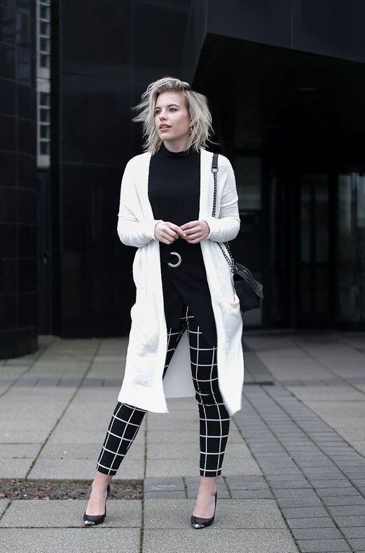 a monochromatic look with a black jumper, black and white check pants, a white cardigan, a black bag and shoes