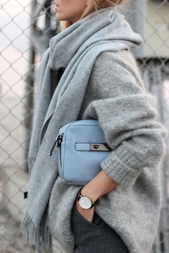 a simple look with an oversized sweater, graphite grey pants, a scarf and a light grey bag