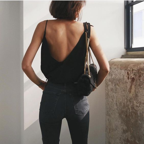 a total black outfit with a spaghetti strap top, skinnies and a small bag is a timeless idea for a party