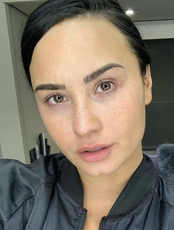 10 Demi Lovato with her no makeup look is cool and chic, get inspired