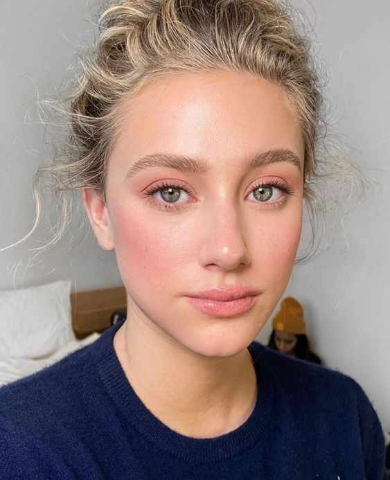 a nude makeup with active blush, a pink lip and eyeshadows, natural eyebrows and eyelashes