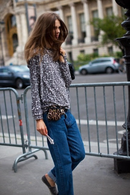 With leopard printed loose shirt, loose jeans and flat shoes