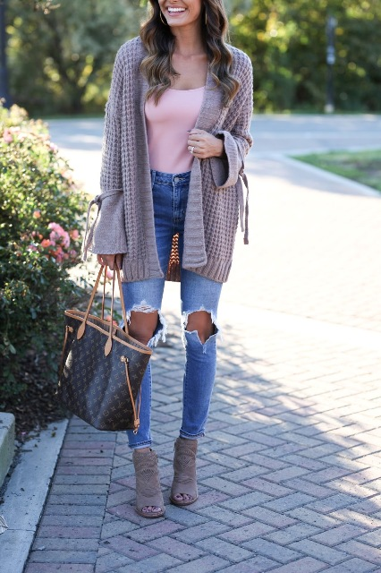 With pale pink shirt, distressed jeans, printed tote bag and gray heeled shoes