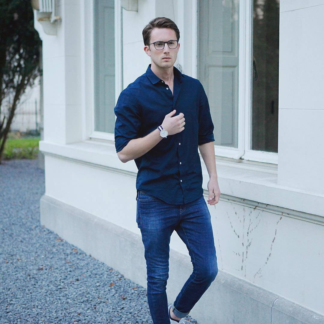 a monochromatic look with a navy shirt, indigo jeans and sneakers is a timeless idea