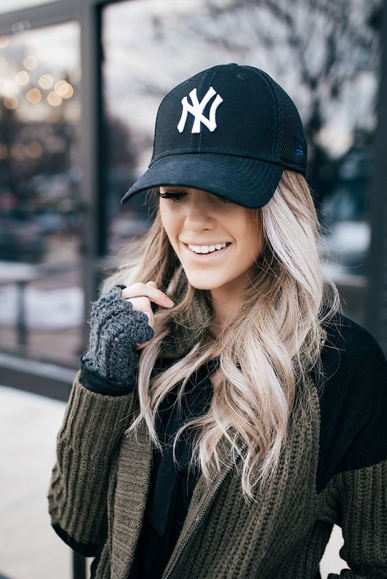 textural wavy hair down plus a black baseball cap are always a perfect match, rock them anytime