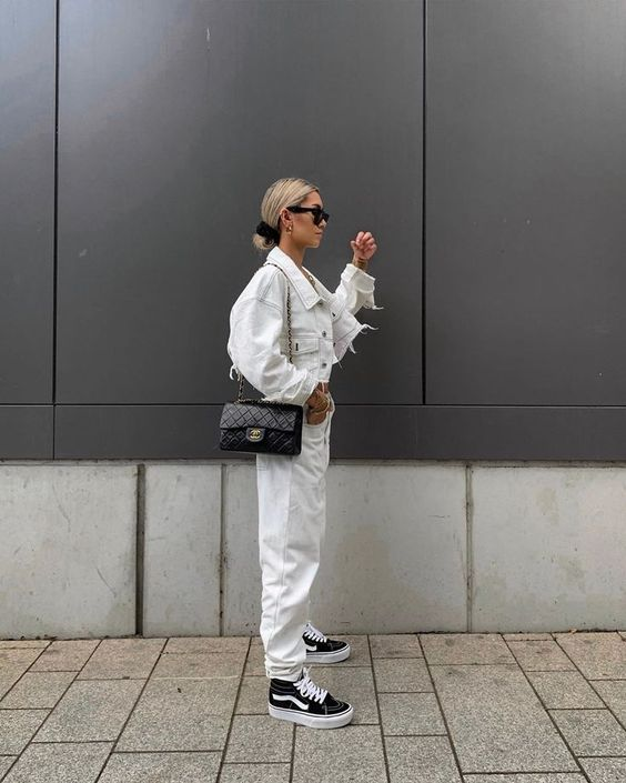 21 an all-white outfit with a denim jacket, jeans, black sneakers and a black crossbody bag