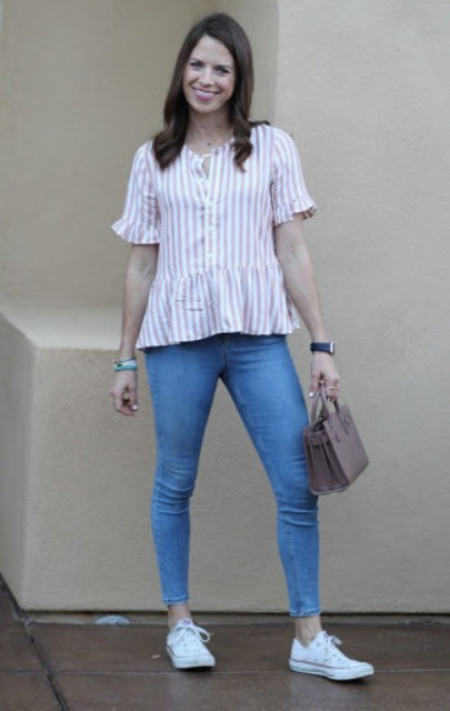 With mini bag, skinny jeans and white sneakers
