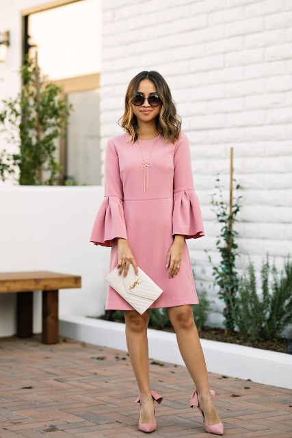 With white clutch and pale pink bow pumps