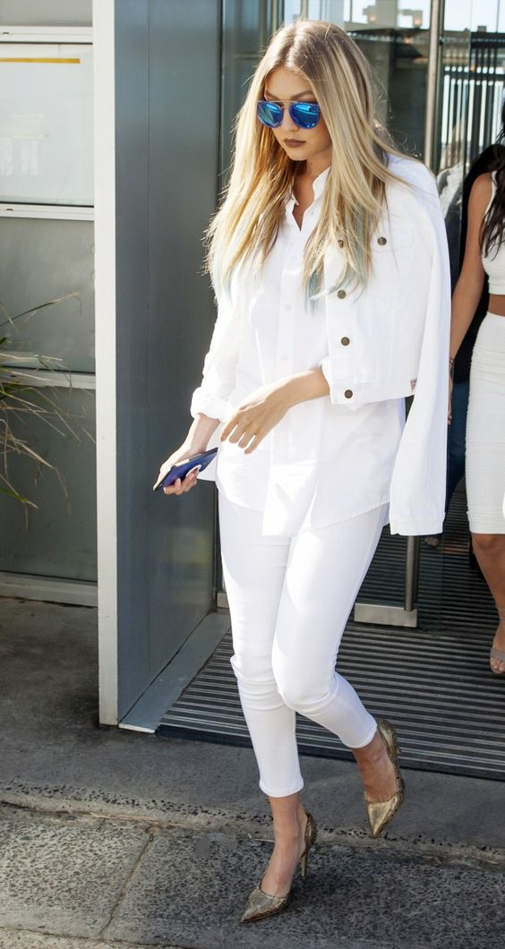 a total white look with a white, skinnies, a cropped denim jacket and gold shoes is chic