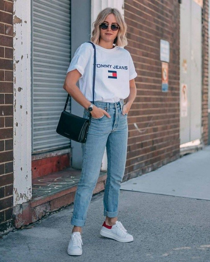 an oversized white tee, blue boyfriends, white sneakers and a black crossbody bag