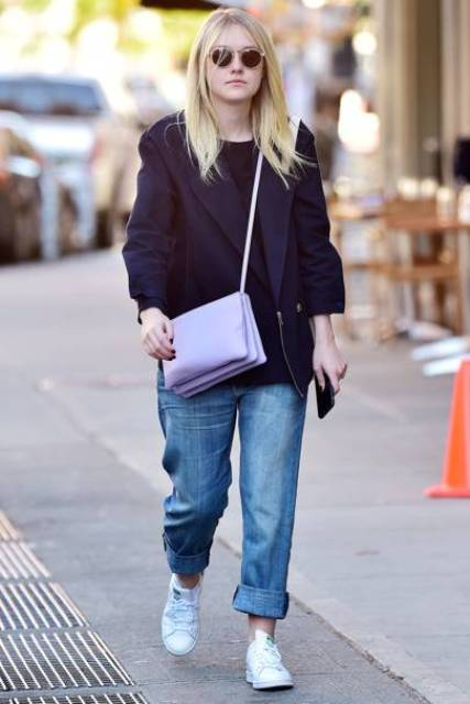 blue boyfriends, a black shirt, a navy oversized blazer, white sneakers and a lilac crossbody bag