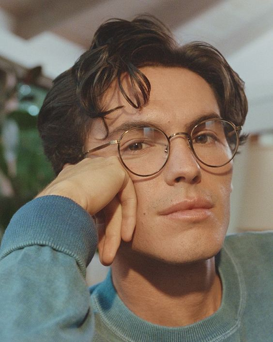 10 round glasses are classics for both women and men and always look perfect, whatever the size is