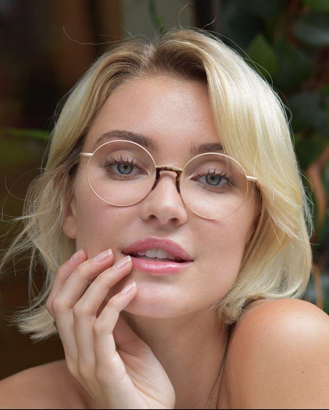 matte gold round glasses with a turtoise shell element will veyr airy and chic