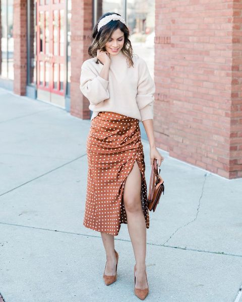 With beige loose sweatshirt, brown bag and brown suede pumps