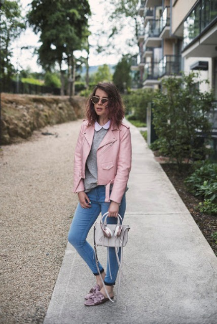 With gray sweater, pale pink leather jacket, gray bag and skinny jeans