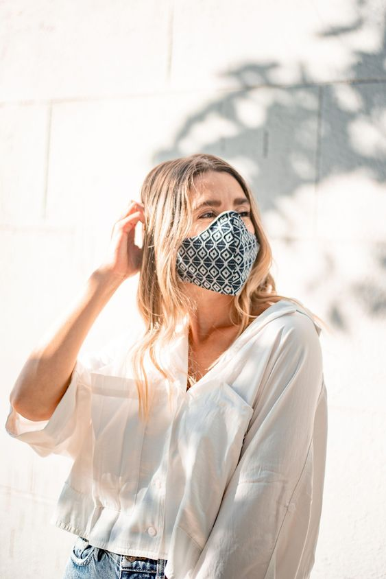 a basic outfit wiht a white shirt, blue jeans, a printed face mask that gives an accent to the outfit