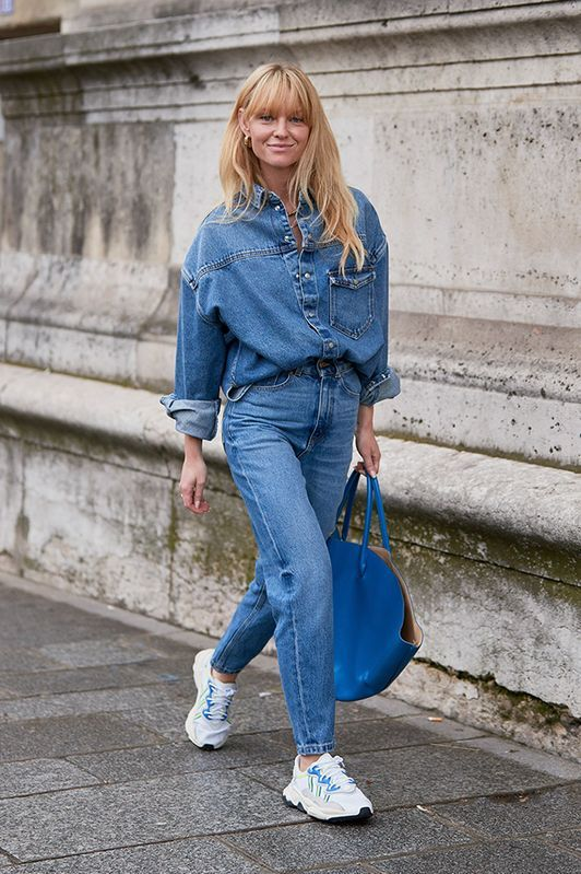 a comfortable double denim look with an oversized shirt and jeans, white trainers and a blue tote