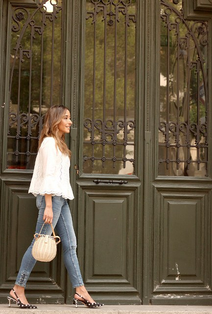 With white lace loose blouse, beige bag and skinny jeans