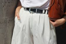 a classic look with a white t-shirt, white bermuda shorts, a black belt and a brown bag
