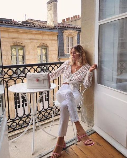 a white tied up blouse, white high waisted jeans, pink kitten heels, a white bag for summer