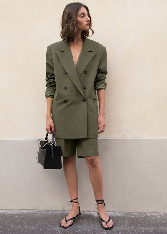 an elegant work look with a suit including an oversized blazer and bermuda shorts, black ankle strap shoes and a black bag