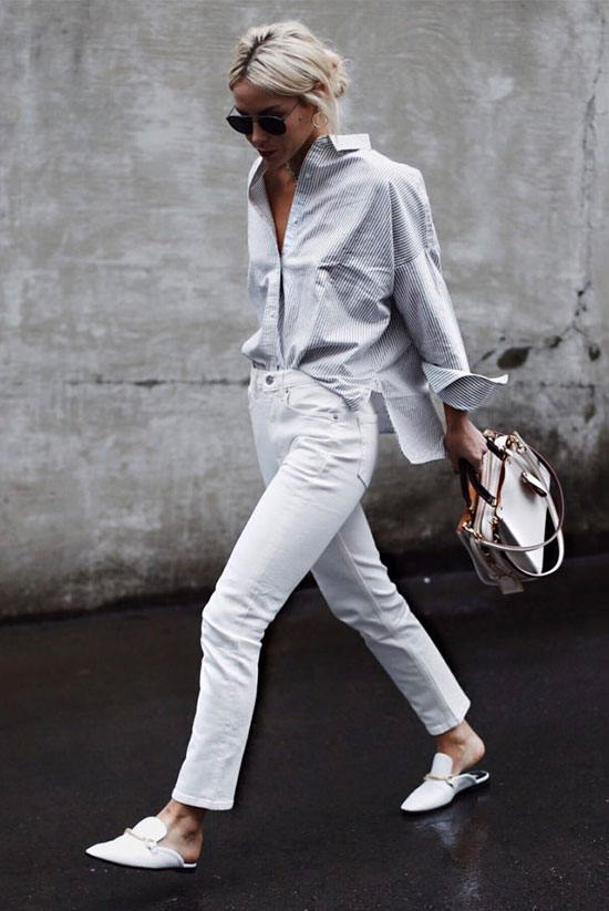 white jeans, a white striped oversized shirt, white slippers and a creamy bag for a chic and simple look