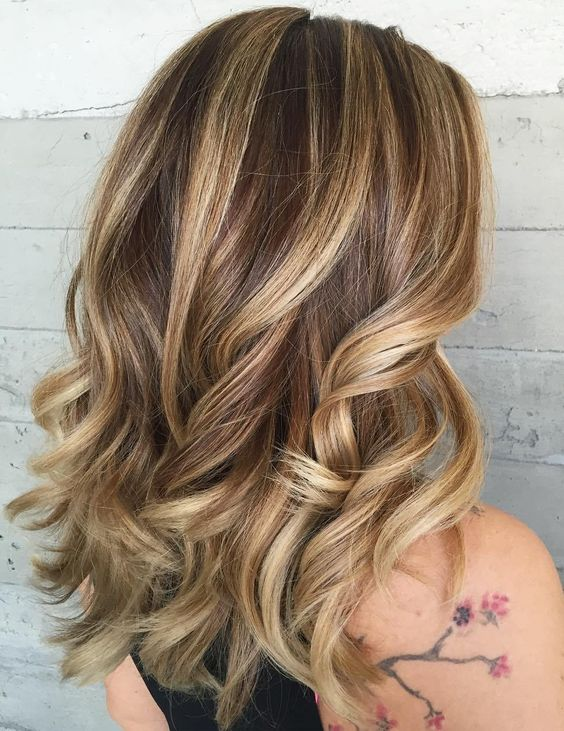 brunette hair with blended blonde highlights and waves is a chic and lovely idea for the summer