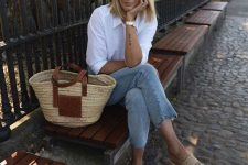 05 a white shirt, blue cropped jeans, woven platform slippers and a straw bag for maximal comfort