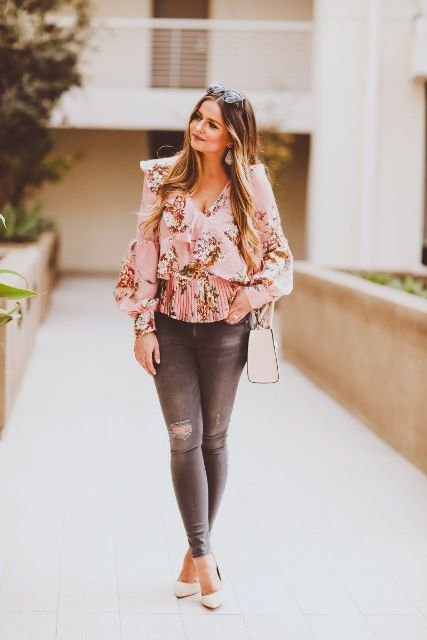 With gray jeans, white bag and white pumps