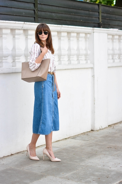 With striped shirt, beige tote bag and beige pumps