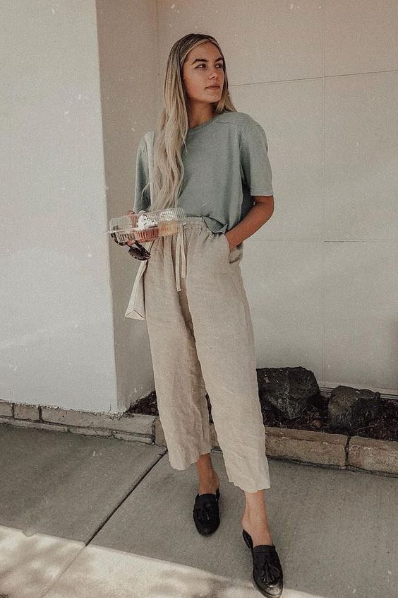 a casual look with an oversized linen tee, neutral pants, slippers and a white shopper bag